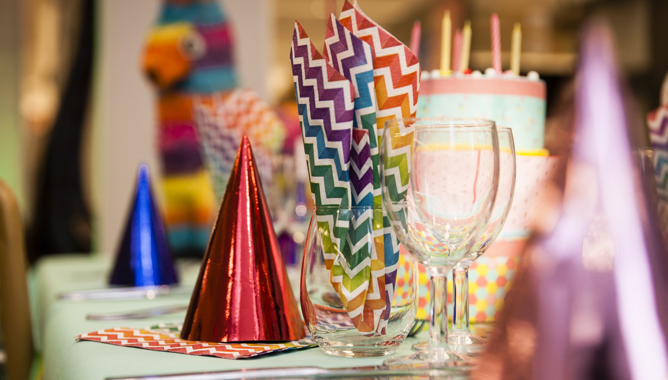 Feesthoedjes en feestversiering sieren deze tafel.