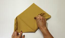 Pliage de serviette: L'éventail à plat étape 6