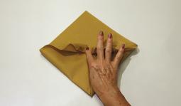 Pliage de serviette: L'éventail à plat étape 7