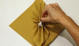 Pliage de serviette: L'éventail à plat étape 8