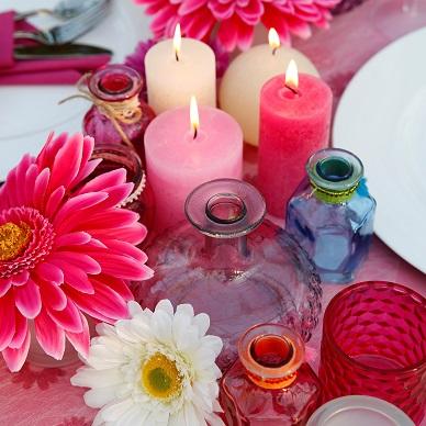 Romantische tafeldecoratie met kaarsen in roze.
