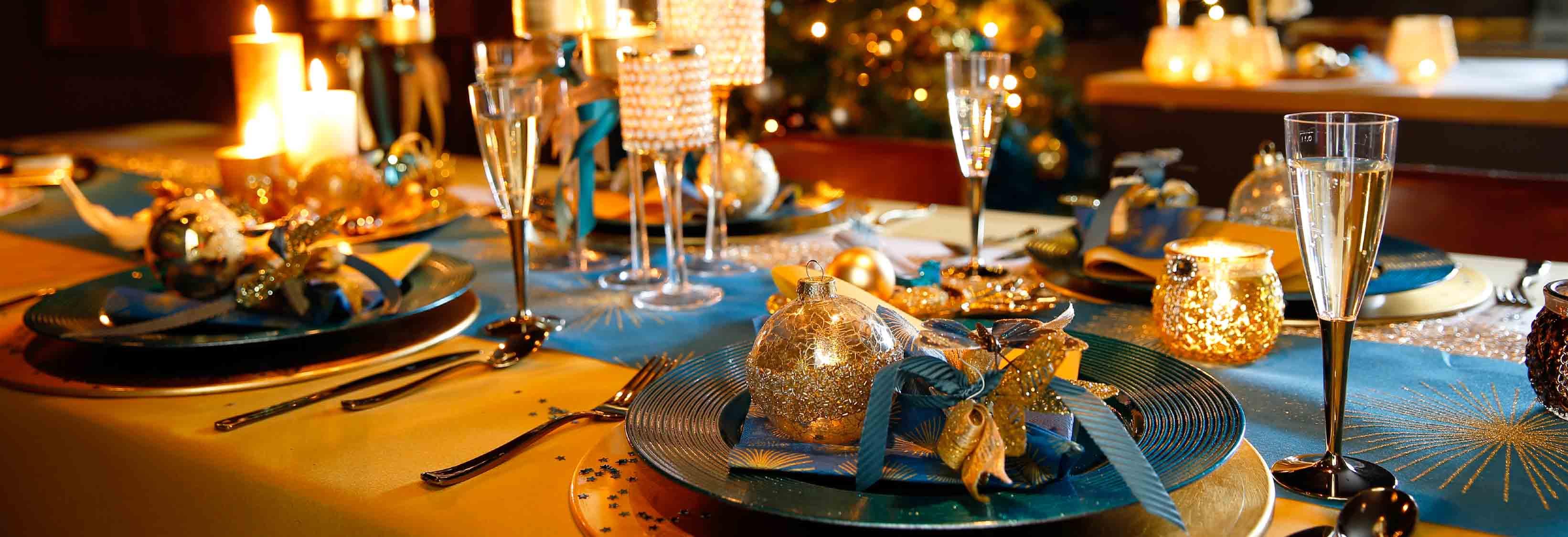 goud en petroleum blauw op de kerststafel