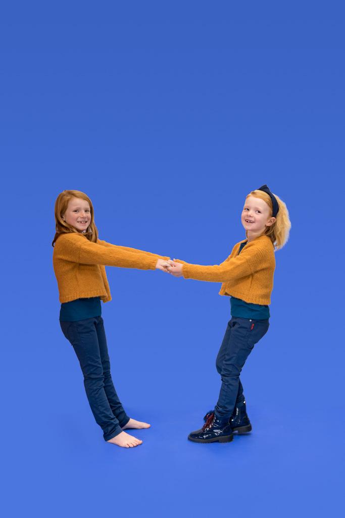 Nore en Anne in Kioko Kids broeken en truien