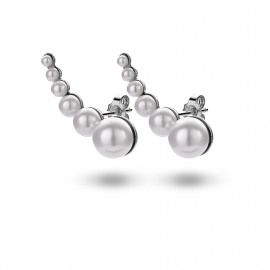 Earcuff in zilver met een serie witte parels