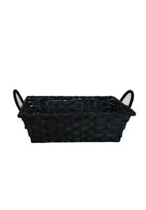 Zwarte rieten mand met handvatten